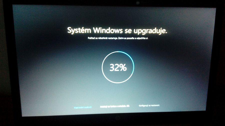 Instalují se funkce a ovládače Windows 10