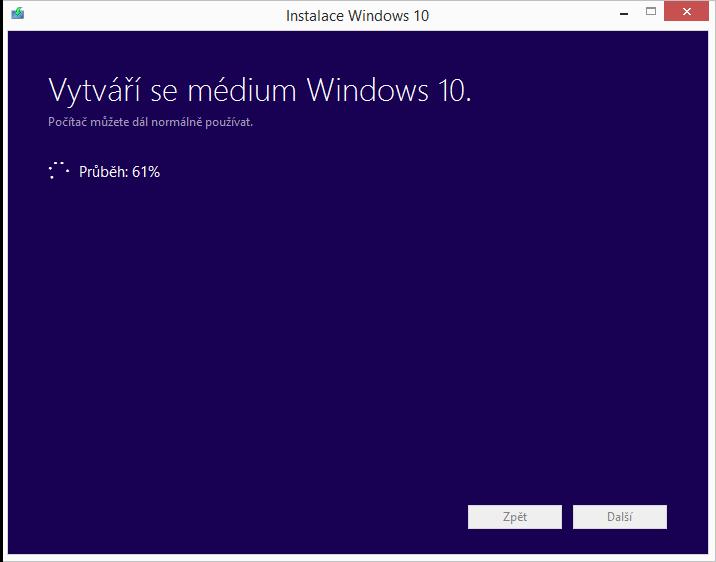 Systém vytváří instalační USB Windows 10