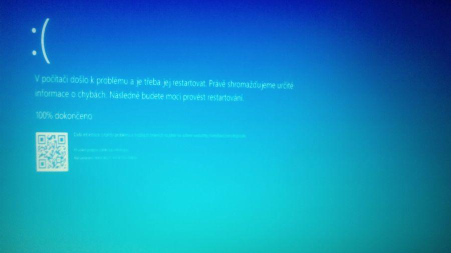 Modrá obrazovka smrti vyvolaná funkcionalitou CrashOnCtrlScroll vč. QR kódu vedoucího k řešení problému