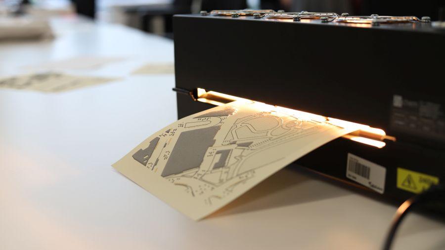 Mikrokapslový papír je možno vytisknout doma, vystoupit mapu je však třeba nechat ve speciální infračervené pícce (Zdroj: Seznam.cz)