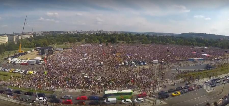 Jeden ze záběru časosběru demonstrace proti Babišovi a ovlivňování justice (Zdroj: SeznamZpravy.cz)